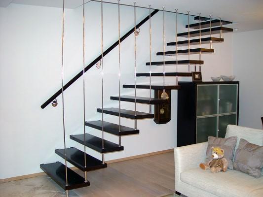 Даже самая простая по конструкции лестница может красиво дополнить интерьер комнаты