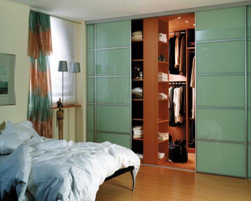 Выбирая двери для гардеробной комнаты, следует учитывать практичность и собственные предпочтения