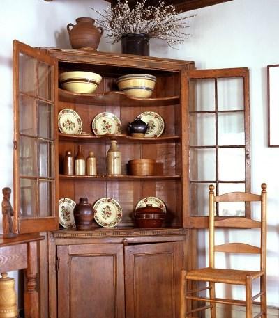 Стильно и необычно дополнить интерьер гостевой комнаты  можно при помощи оригинального шкафа для посуды