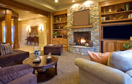 Камин придает гостиной уюта и комфорта