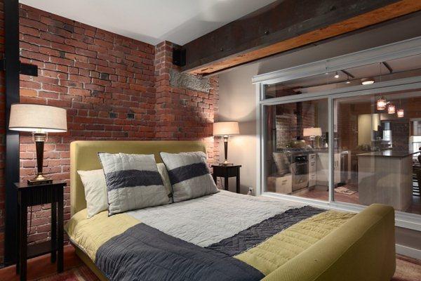 Стиль лофт при оформлении спальной комнаты является достаточно популярным среди тех, кто ценит уют и индивидуальность