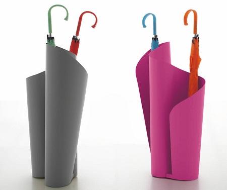 Существует широкое разнообразие подставок для зонтов, поэтому легко подобрать модель, подходящую под определенный стиль интерьера прихожей