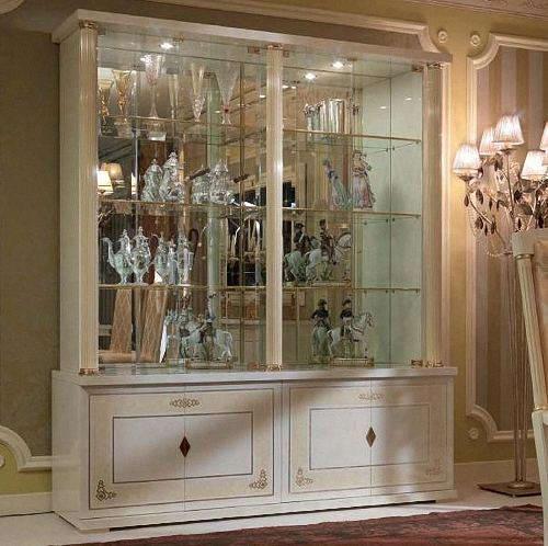 Красивый шкаф-витрина способен сделать интерьер гостиной изысканным и элегантным