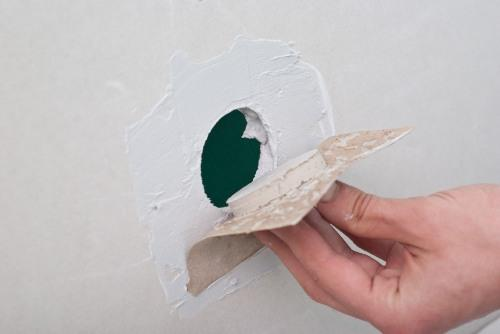 Дырки в гиспокартоне являются достаточно распространенными явлениями, с ремонтом которых сможет справиться даже новичок
