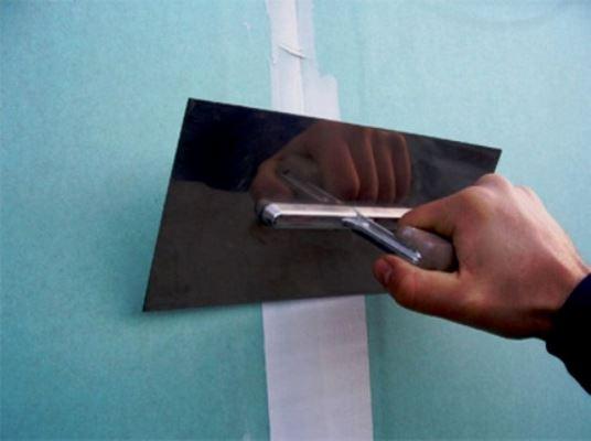 Шпаклевание швов является важным этапом при проведении ремонтных работ