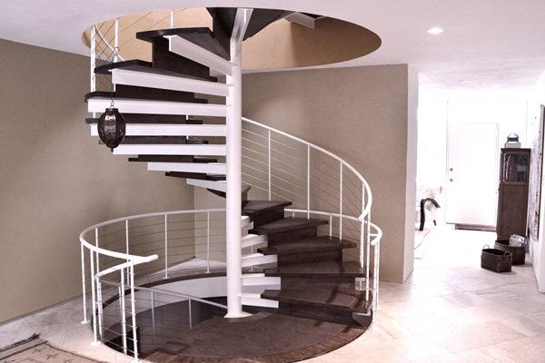 Металлическая лестница — это прочная конструкция, которая способна стильно украсить интерьер помещения
