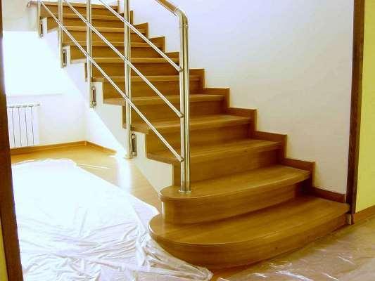 Сделать бетонную лестницу привлекательной можно при помощи ее отделки деревом