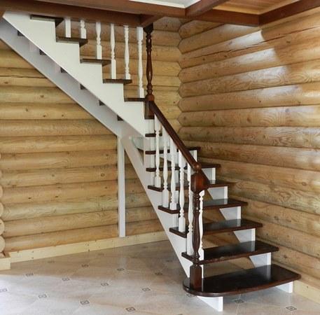 Красивая деревянная лестница украсит интерьер загородного дома