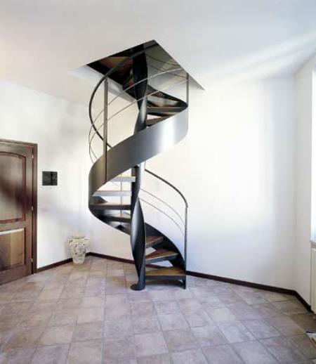 Оригинальная винтовая лестница из металла прекрасно дополнит интерьер помещения в стиле модерн