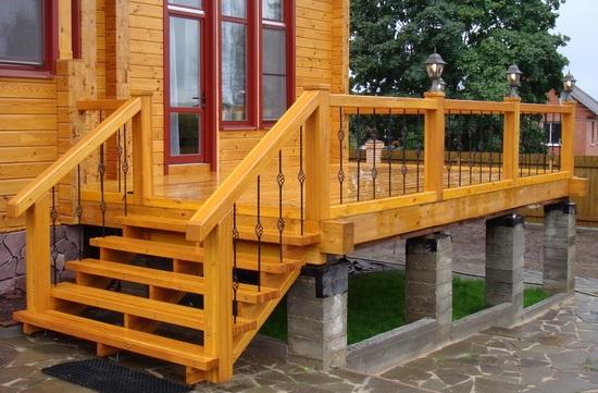 Деревянную лестницу очень просто изготовить, а еще она практична в эксплуатации