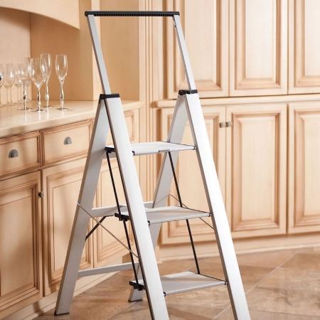 Отличным помощником при ремонтных работах является практичная раздвижная лестница
