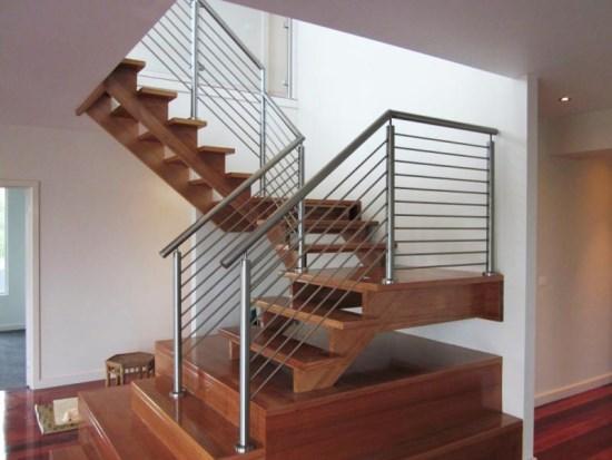 Сделать лестницу безопасной и удобной можно при помощи специального ограждения