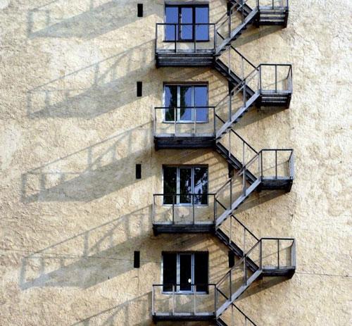 Эвакуационная лестница — обязательный элемент конструкции любого общественного здания