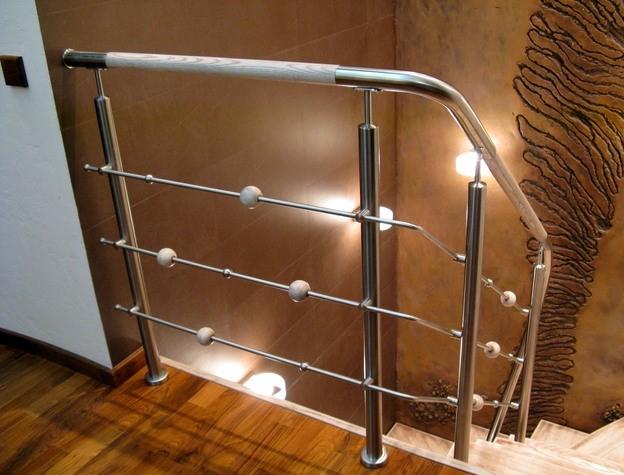 Ограждение для лестницы выполняет не только красивую эстетическую функцию, но и обеспечивает дополнительную безопасность
