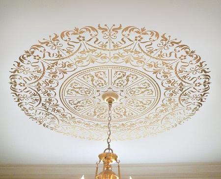 С помощью узоров можно существенно улучшить эстетические свойства потолка