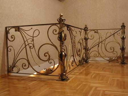 Перила с коваными элементами обладают прекрасными эксплуатационными и эстетическими свойствами