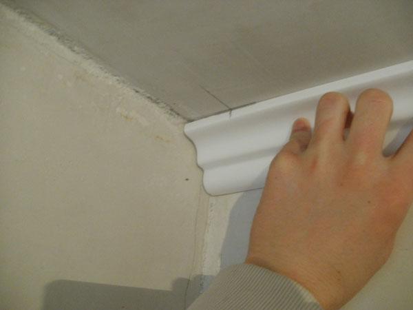 Благодаря потолочным плинтусам ремонт в помещении приобретает завершенный вид