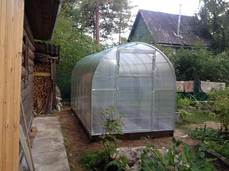 Теплицы шириной 2 метра отлично подходят для выращивания растительных культур на дачном участке