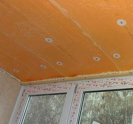 Материалы для утепления потолка на балконе могут отличаться по толщине, виду и цвету