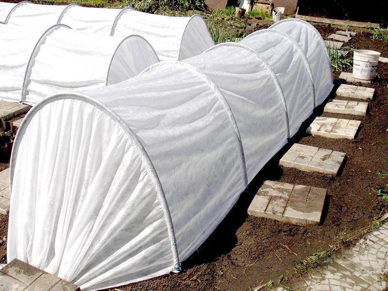 Каркас теплицы состоит из нескольких дуг, и его длина может достигать 4 или 6 метров. Ширина дуг каркаса приблизительно 1,2 метра