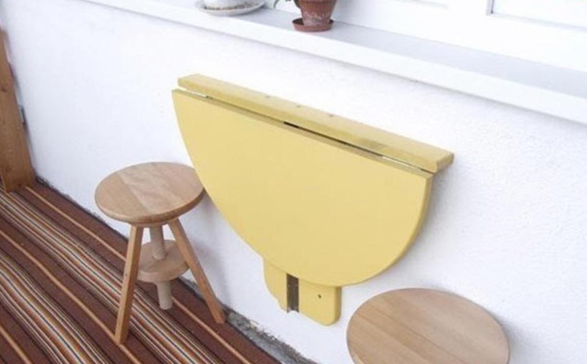 Столик на балконе сегодня не редкость, а самый главный элемент этого маленького помещения