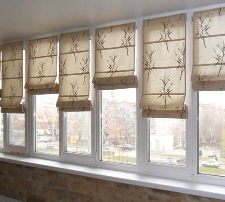 Благодаря шторам можно существенно улучшить функциональность балкона