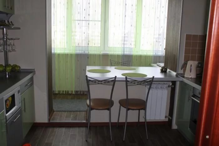 Если планировка маленькой кухни содержит выход на балкон – это огромное преимущество