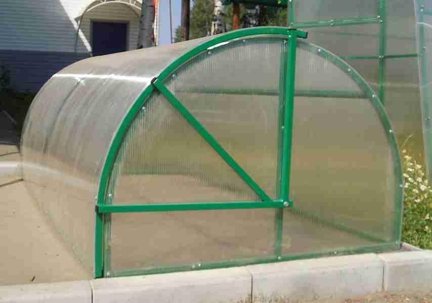 Парник «Улитка» используется для выращивания рассады на разных грядках