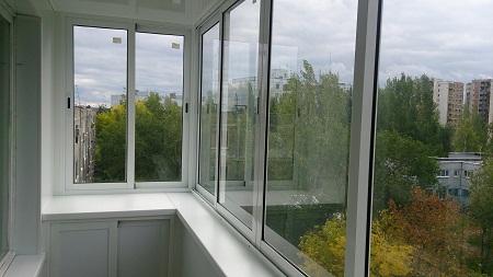Выполнить алюминиевое остекление балконов можно как самостоятельно, так и с помощью профессионалов