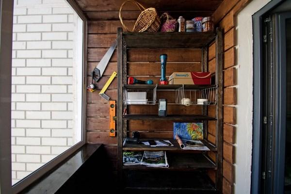 Для того чтобы сделать балконное помещение практичным и функциональным, дополнительно можно установить стеллаж