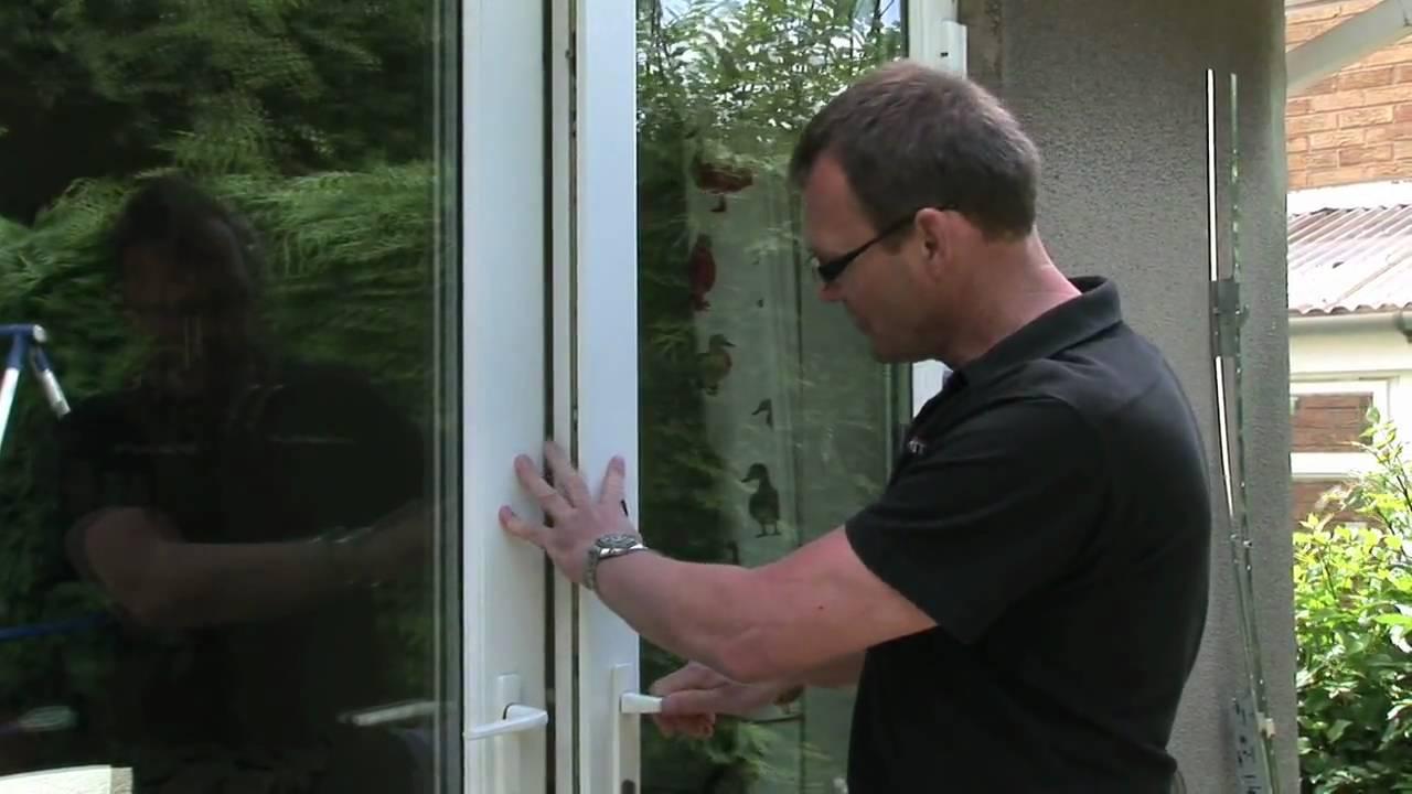 Отрегулировать балконную дверь можно и самостоятельно, предварительно изучив инструкцию