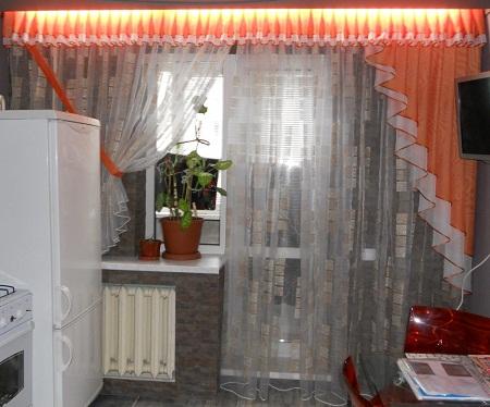 При выборе штор на кухню с балконной дверью нужно учитывать ее стиль и площадь