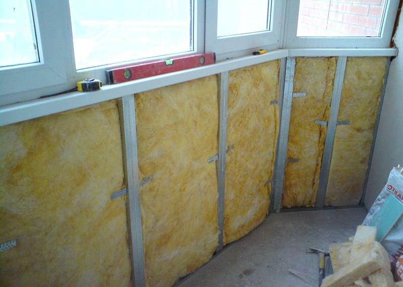 Вся последовательность работ по утеплению лоджии начинается с выбора утеплительного материала в зависимости от размеров балкона и собственных предпочтений