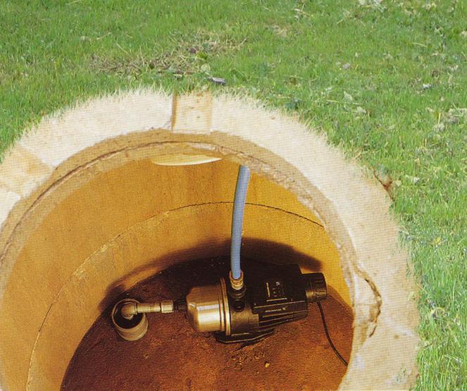 Если решили бурить скважину летом, то в качестве аргумента «за» есть смысл рассматривать естественные осушения грунта, это должно облегчить поиски залегания водоносного слоя