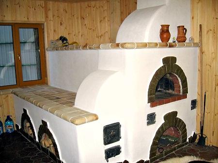 Русская печь является полезной и практичной постройкой для отопления дома и приготовления пищи