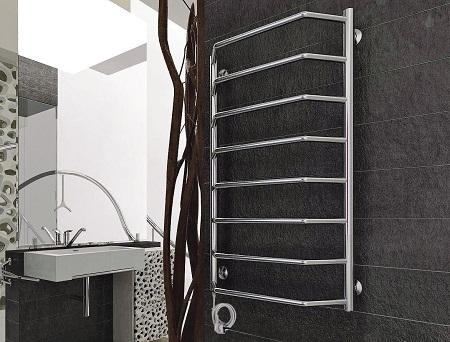 Установив в ванной комнате электрический полотенцесушитель, можно сделать ее более функциональной