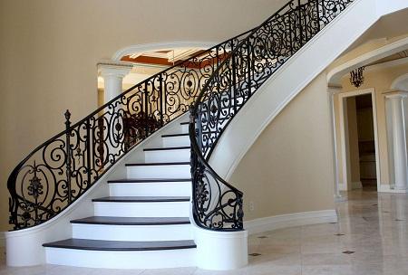 Лестница в коттедже может отличаться по дизайну, форме и материалам, из которых она изготовлена