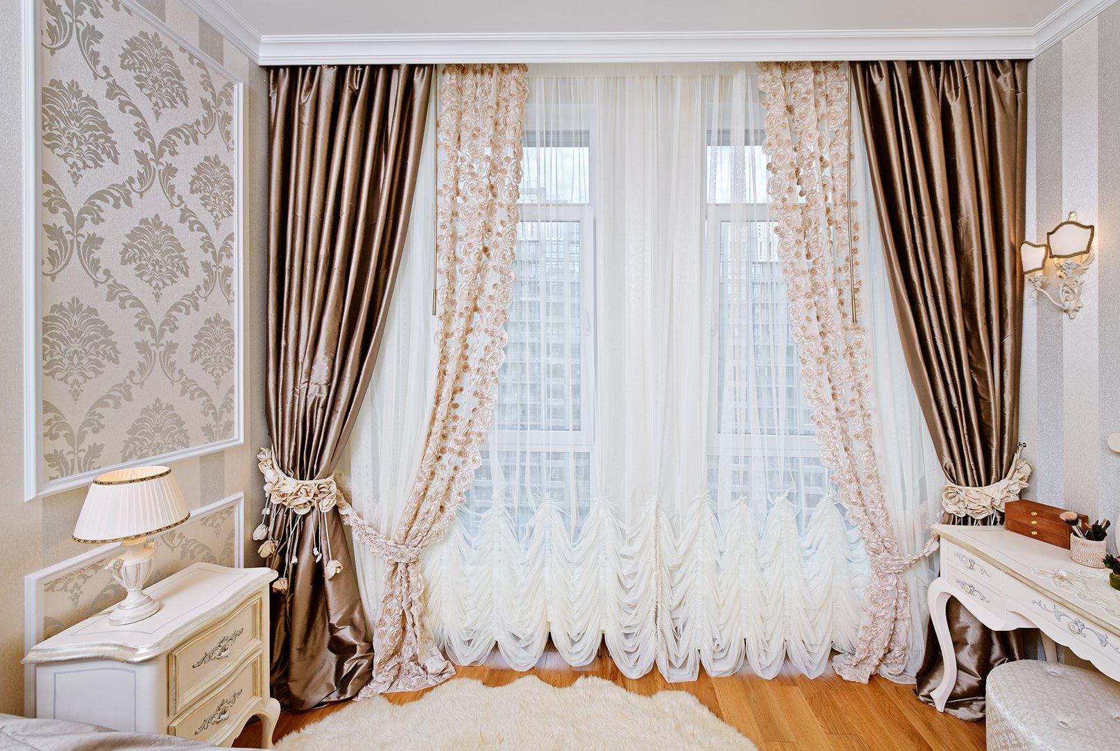 Декор окон шторами напрямую зависит от стиля помещения, размеров окна и его расположения