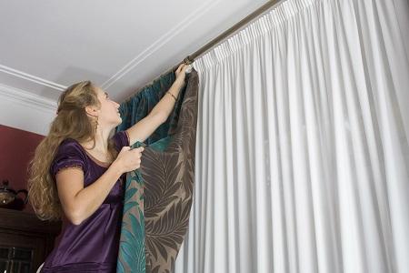 Повесить шторы можно самому без сторонней помощи