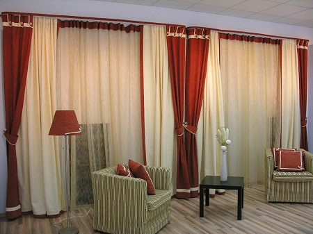 Шторы в зал без ламбрекена хорошо смотрятся в любом интерьере вне зависимости от его стиля
