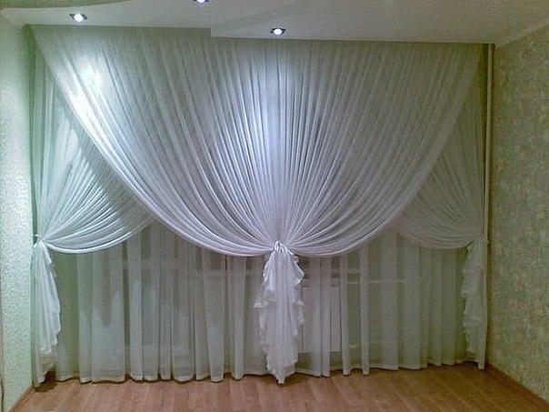 С помощью тюля и штор создается требуемая атмосфера, регулируется степень освещенности помещения