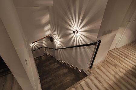 Освещение делает лестницу более функциональной и практичной