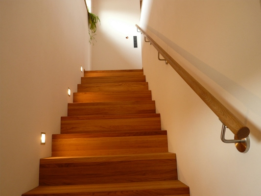 Украсить лестницу и сделать ее интересной можно при помощи отделки ступеней деревом
