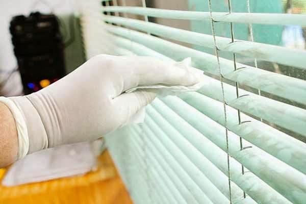 Сложность мытья жалюзи зависит от степени загрязнения и ширины всего изделия