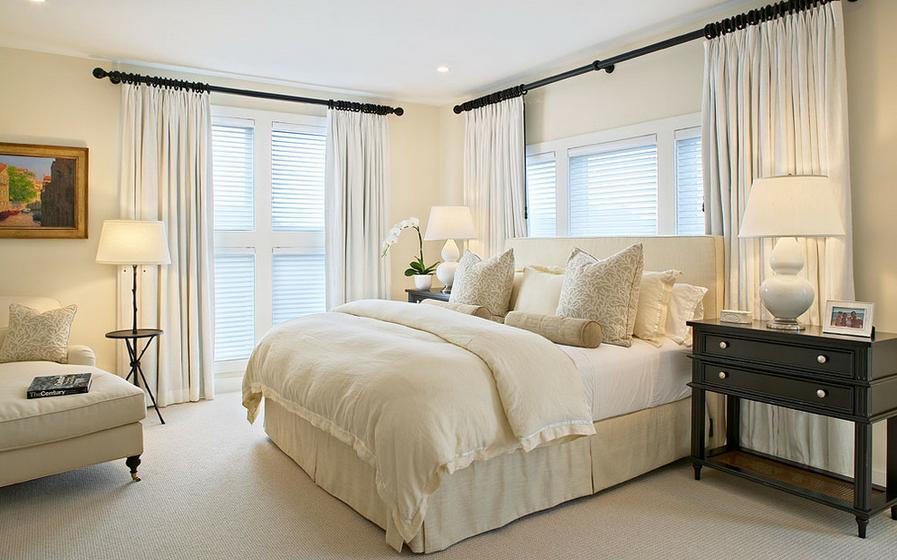 Преобладание белого цвета в интерьере спальни делает ее  светлой, нежной и воздушной