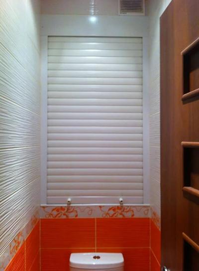 Жалюзи в туалете помогут замаскировать трубы и другие конструкции