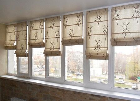 Существует широкое разнообразие штор для балкона, отличающихся по материалу, цвету и форме