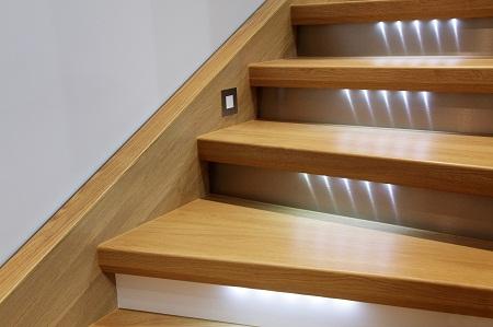 Благодаря подсветке ступеней можно существенно улучшить эстетические качества лестницы