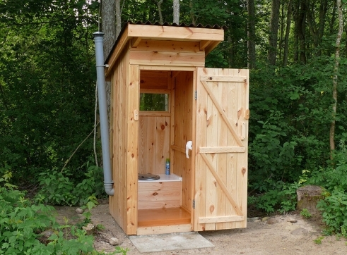 Обязательной постройкой на дачном участке является туалет