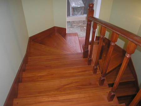 Выбирать цвет для покраски лестниц следует, исходя из дизайна интерьера